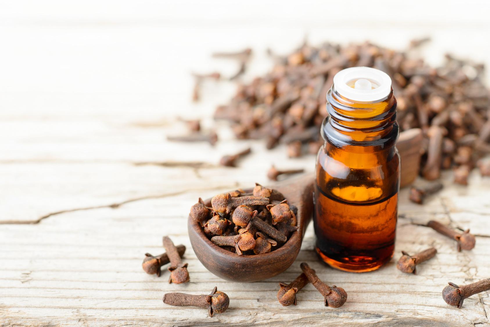 Cynamon i olejek cynamonowy – jak wykorzystać ich właściwości zdrowotne?