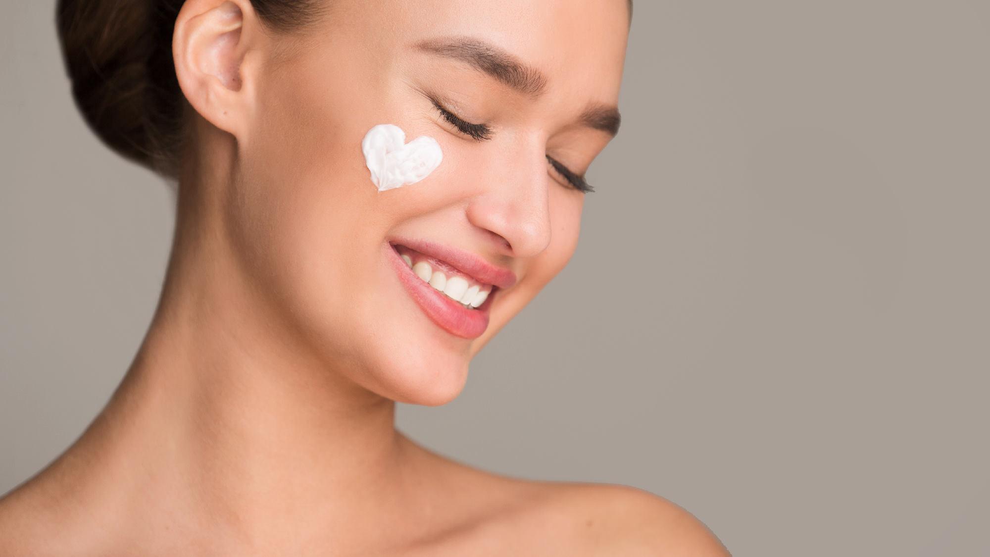 Trzy kremy, których nie powinno zabraknąć w kosmetyczce zadbanej kobiety